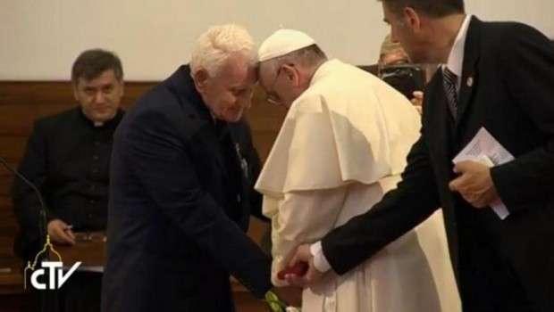 Prekëse: Papa i puth duart Dom Ernest Simonit