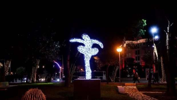 Marco Lodola zbukuron kryeqytetin, Tel Avivi 'kopjon' Tiranën